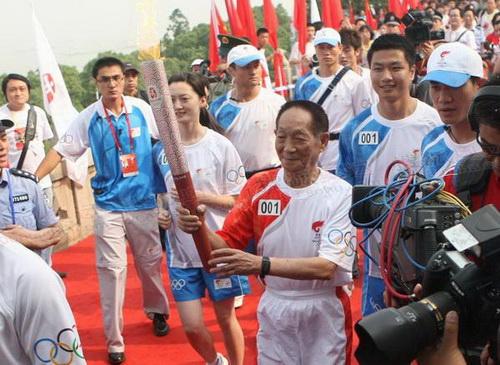 首棒火炬手袁隆平传递圣火  奥运官网记者 李志岩摄