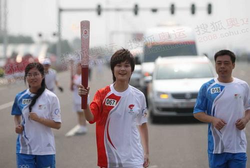 李宇春传递奥运圣火