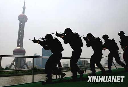 """6月2日,武警反恐突击队员正在迅速接近黄浦江水域上的""""可疑目标""""。新华社记者 陈飞 摄"""