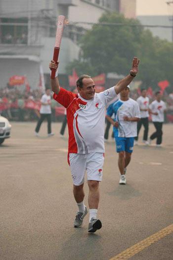 联想奥运火炬手、希腊驻华大使米哈依勒 坎巴尼斯传递火炬