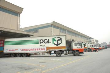 负责运输赈灾物资的宝供物流车辆