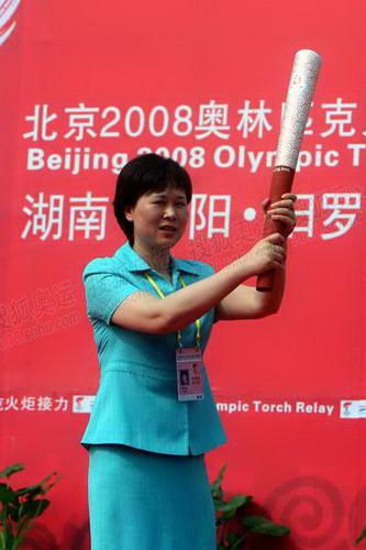 岳阳市市长黄兰香展示火炬