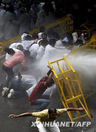 6月1日,在印度首都新德里街头,警察用水枪驱散参加抗议的古贾尔人。