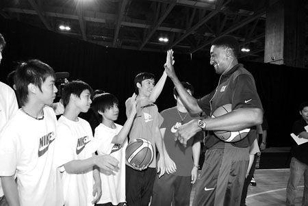 在篮球训练营里,皮蓬和澳门篮球迷在一起。