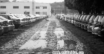 停车场内积水刚退,留下淤泥满地。杨曦摄