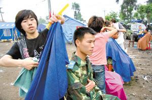 在四川什邡,志愿者为灾区解放军义务理发。 CFP供图