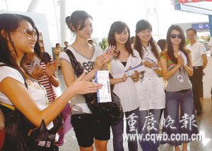 在机场美女们吸引了大量眼球