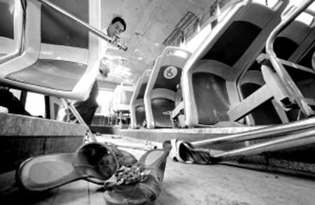 昨日,九龙坡区,剧烈的冲撞让大部分公交车座移位 本组图片均由本报记者 李文彬 摄
