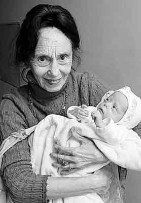 阿德里安娜抱着刚生下不久的女儿