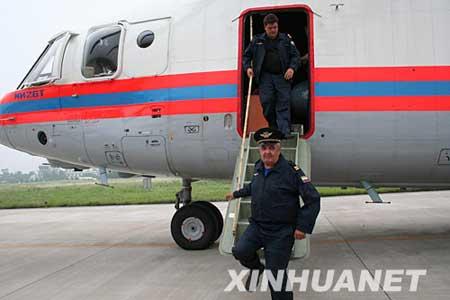 5月25日15时50分许,由俄罗斯支援中国四川抢险救灾的一架米-26重型运输直升机飞抵四川德阳市广汉机场,将执行吊运大型机械设备的任务。这架米-26直升机是从俄罗斯直接飞到国内的,到达四川广汉后,又于当日下午17时许飞抵绵阳机场。这是俄罗斯救援部队机组人员走下飞机。新华社记者贾远琨 摄