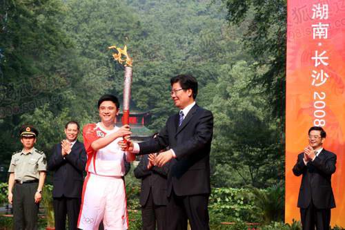 奥运冠军熊倪从湖南省委书记张春贤手中接过祥云火炬副本