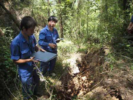 早报记者加入地质队员排查队伍在千米高山上遭遇4.3级余震