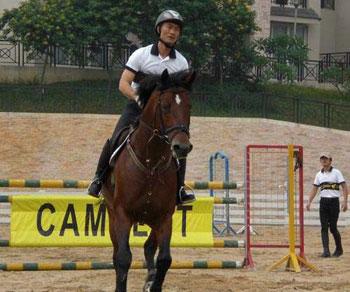 图:李振强驾驭坐骑表演马术。(图片来源:大公报)