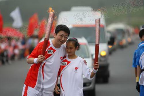 上海大众奥运火炬手刘正琛与061号火炬手