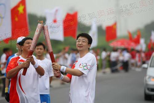 上海大众奥运火炬手刘正琛与063号火炬手交接
