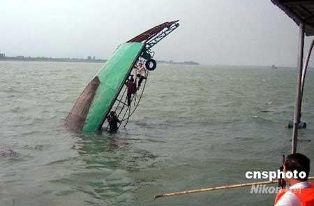 湖北枝江遭风灾两船翻沉7人失踪。中新社发 刘君凤 摄
