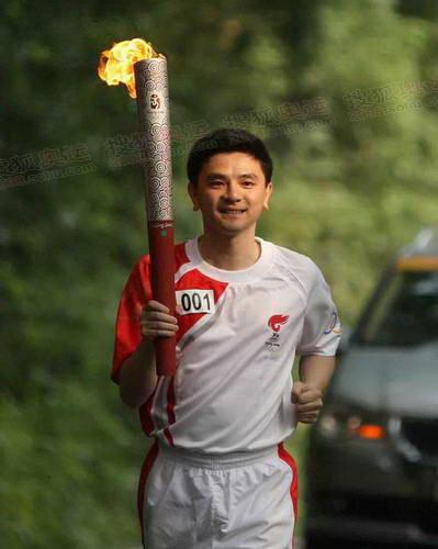 跳水奥运冠军熊倪传首棒
