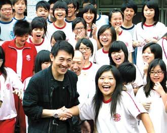 李连杰(左)昨天下午到南投县集集国中,与学生们相见欢。