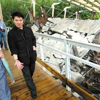 李连杰专程到地震博物馆,学习921的重建经验,他神情严肃地参观地震留下的创伤。
