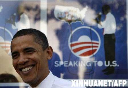 资料图片:5月6日,在美国北卡罗来纳州罗利举行的一场非正式见面会上,美国民主党总统竞选人奥巴马走过一处海报。 新华社/法新