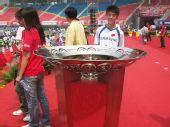图文:奥运火炬传递长沙站 闭幕仪式的圣火盆