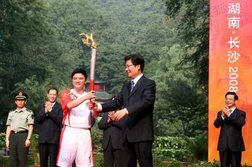 奥运冠军熊倪从湖南省委书记张春贤手中接过祥云火炬