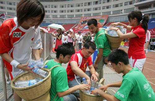 可口可乐绿色奥运梯队与可口可乐火炬手一同收捡垃圾为绿色奥运贡献力量