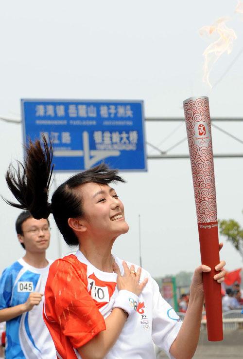 火炬手杨乐乐在进行传递。  新华社记者刘力航摄