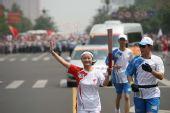 组图:奥运火炬传递岳阳站 火炬手正在传递