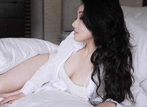 图文:斯诺克第一美女床上写真 美女酥胸半露