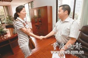 医院院长宣布撤销对娄继英的处分决定 记者 杨帆 摄
