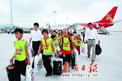 昨日,来自灾区的84名羌族儿童乘坐深航无偿提供的班机抵达深圳,开始他们在深圳为期3个月的学习和生活。新华社发