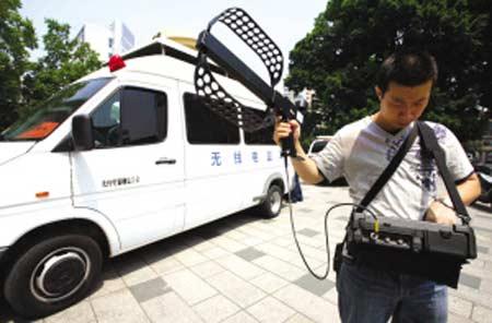 工作人员在调试无线电监测仪。