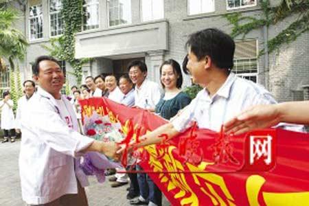 120司机陈新回到医院后,受到了同事们热烈的欢迎。张可欣 摄
