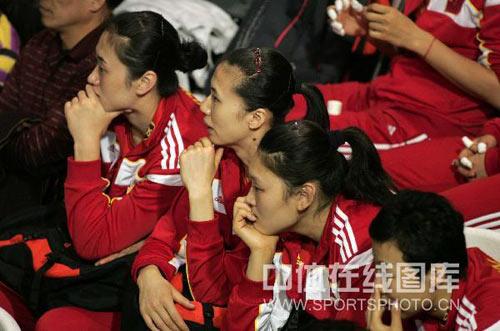 图文:中国女排姑娘遭遇小球迷 队员关注比赛