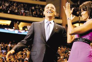 3日,奥巴马与妻子在庆祝奥巴马赢得民主党总统候选人提名的集会上