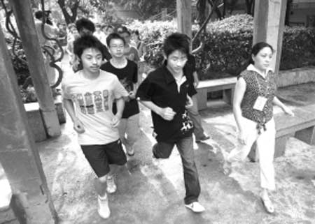 重度余震演习警报响起后,考生和工作人员快速跑向操场空旷地带本报记者 吴小川 摄