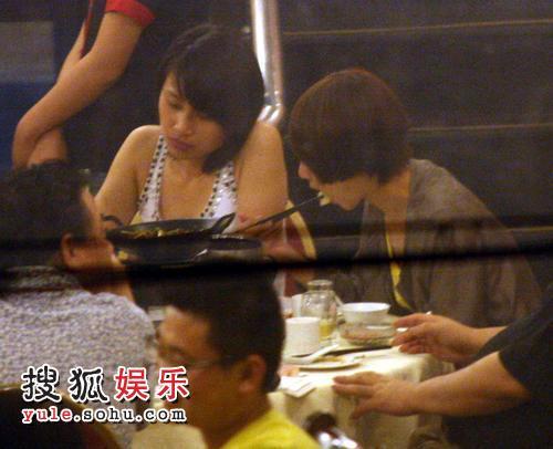 张茜与友人聚餐
