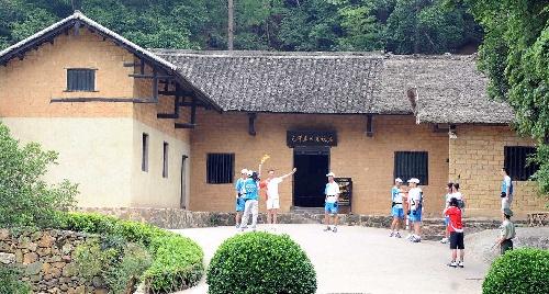 6月5日,火炬手毛岸平在毛泽东故居展示火炬。当日,北京奥运圣火在湖南韶山传递。 新华社记者赵众志摄