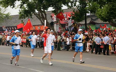 """""""跑在我身后的就是自己参与研发的大众汽车,感觉真不错""""大众汽车火炬手、上海大众技术人员孟瑛在湖北荆州参加火炬接力"""