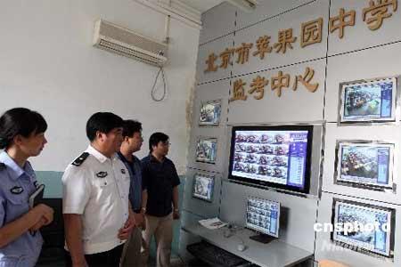 六月五日,全国高考前,北京石景山警方在辖区内对保管2008年高考试卷及考场等公共设施进行安全检查,以确保今年高考顺利安全进行。中新社发任海霞摄