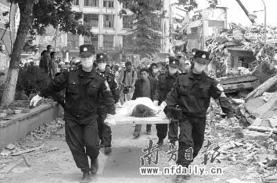 消防官兵在绵竹市汉旺镇搜寻生还者。王辉摄