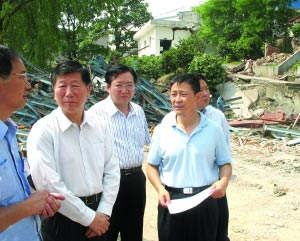 中国证监会主席尚福林、 主席助理刘新华在四川灾区察看灾情