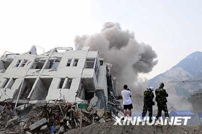 这是6月5日拍摄的映秀镇地震危楼爆破现场。