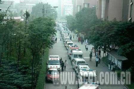 5月24日,108辆救护车转移华西医院地震伤员到省外治疗。(本网资料图片)