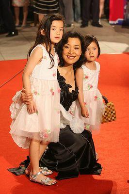 陈冲带两个女儿一起红地毯