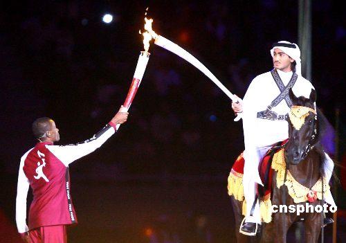 当地时间2006年十二月一日晚,第十五届亚洲运动会在卡塔尔首都多哈开幕。图为别出心裁的火炬点燃仪式。 中新社发 廖文静 摄