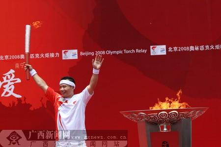 图文:圣火传递桂林站 肖建刚点燃圣火盆