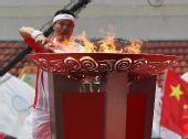 图文:奥运圣火广西桂林传递 肖建刚点燃圣火盆