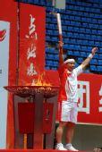 图文:奥运圣火在桂林传递 末棒火炬手肖建刚